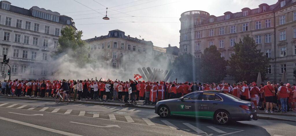 Sejren over Rusland skabte vilde jubelscener over hele det danske land. Her fra efterfesten på Østerbro i København. (Foto: Privat)