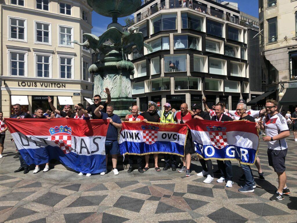 Parken lagde også græs til 1/8-dels finalen mellem Spanien og Kroatien. Op mod 10.000 kroatere havde taget turen til Danmark og satte deres kulør og fest i det indre København og på Strøget før kampen. (Foto: DTU)
