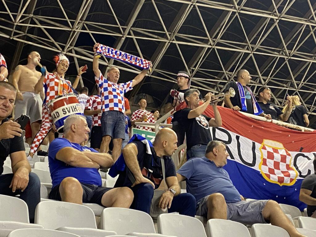 Trommer, trompet, fællessang og kampråb, da passionerede kroatere varmede op til kampen. (Foto: DTU)
