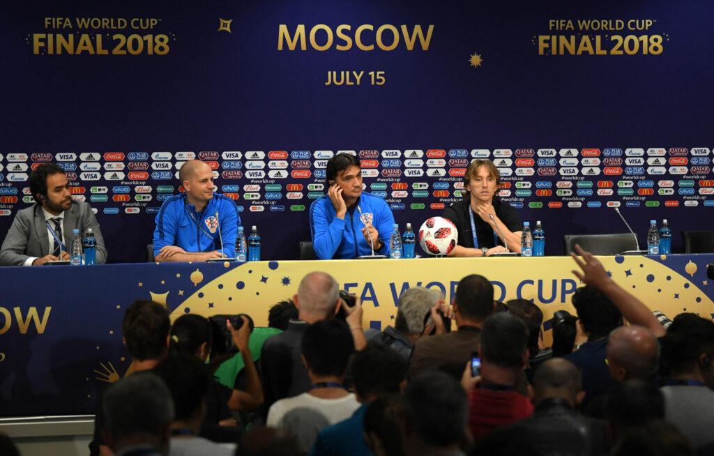 Tomislav Pacak, PR-chef for det Kroatiske Fodboldforbund (HNS), nummer to fra venstre, under pressemødet før VM-finalen i 2018. Ved hans side sidder den kroatiske landstræner, Zlatko Dalić, der med succes har stået i spidsen for det kroatiske landshold siden 2017. Og yderst til højre ses den kroatiske stjernespiller Luka Modrić. (Foto: HNS)