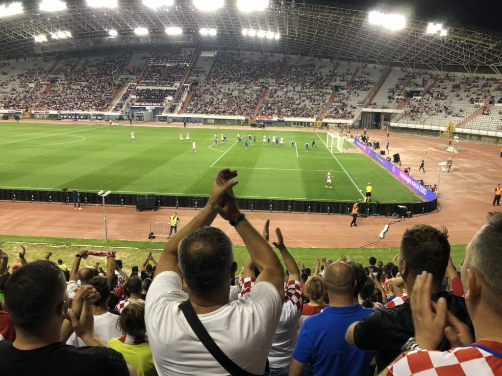 Masser af familier med børn var på plads til fodboldkampen på Poljud Stadion i Split. De kunne nyde kampen uden øl fra oven. Der bliver ikke kastet med øl efter en kroatisk scoring. Det er spild af god øl og synd for børnene, lød forklaringen. (Foto: DTU)