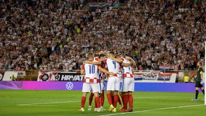 Angriberen Marko Livaja fra den lokale klub, Hajduk Split, omfavnes efter at have bragt Kroatien foran 1-0. Derfra kiggede kroaterne sig ikke tilbage og vandt sikkert 3-0 over Slovenien. (Foto: HNS)