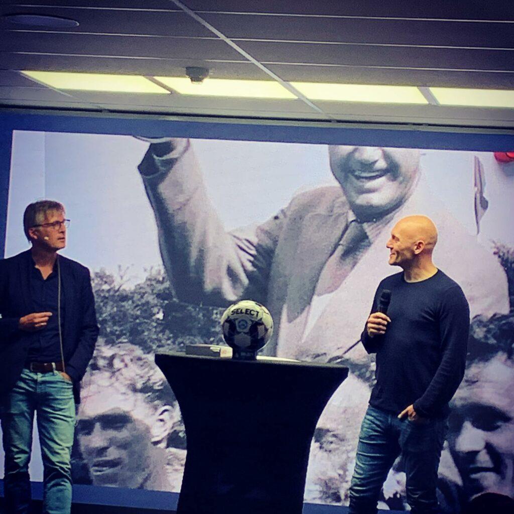 Morten Bruun kom rundt om mange fodboldklubber, som han besøgte i tilblivelsen af bogen. Til at fortælle om Vejle Boldklub troppede en anden tidligere landsholdskæmpe op, nemlig Thomas Gravesen (th). (Foto: Simon Kratholm Ankjærgaard)