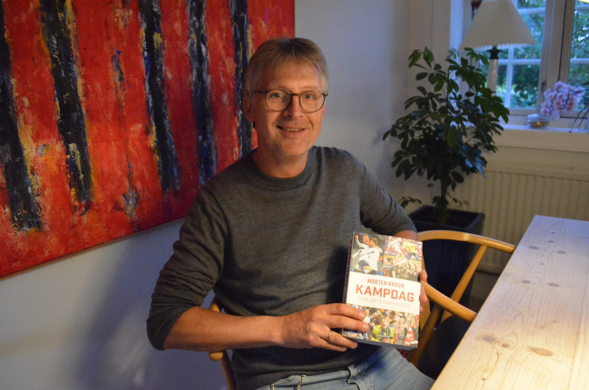 """Journalist og fodboldekspert Morten Bruun er ude med sin nye bog """"Kampdag"""", der tager læseren med til og helt tæt på 43 danske fodboldklubber og deres historie. (Foto: DTU)"""