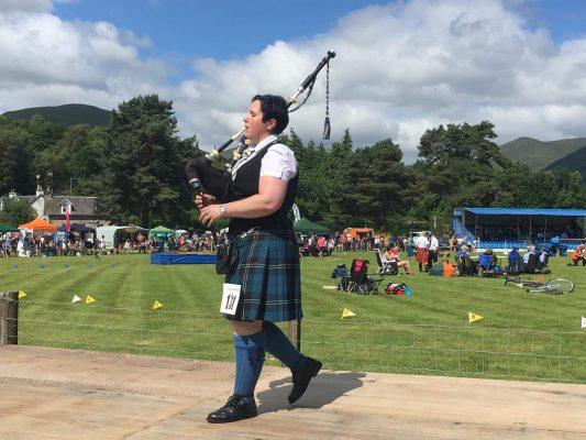 Bianca Kail bei Highland Games Dudelsack Wettbewerb in Schottland