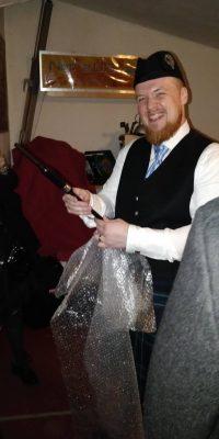 Das Hochzeitsgeschenk an Struan: Ein edler Blackwood Practice Chanter mit Gravur.