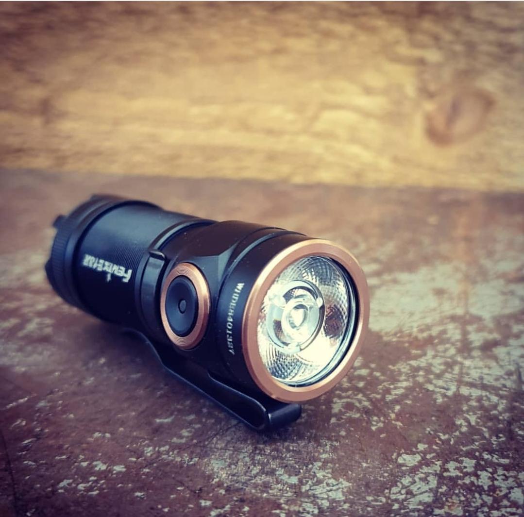 Fenix E18R som EDC ficklampa finns att köpa på Slims.se!