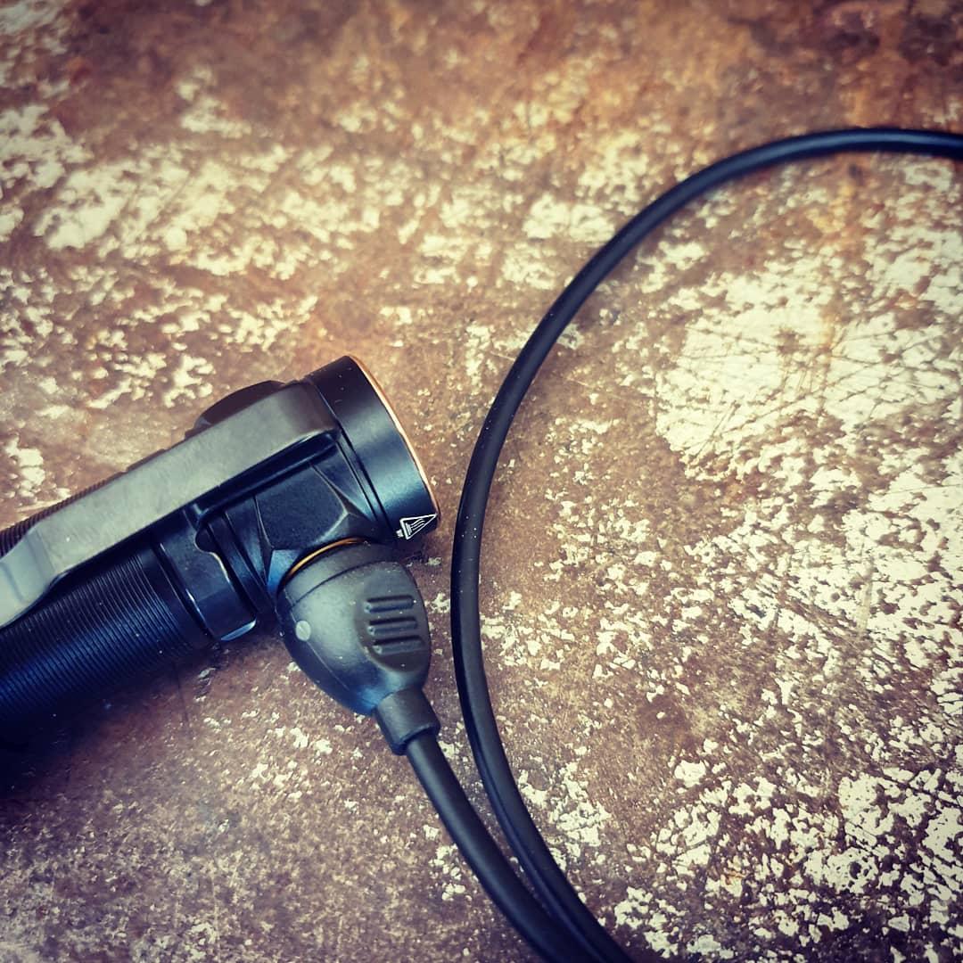 Med Fenix E18R medföljer magnetisk laddkabel!