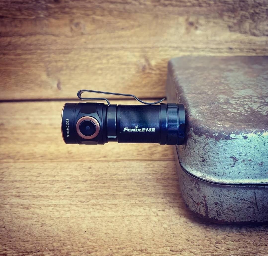 Fenix E18R har ett rejält clip och är som synes magnetisk!