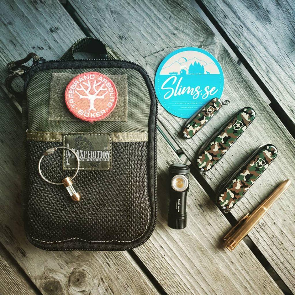 Camoknivarna, Maxpedition Beefy, TrigaLight Bullet, Fisher Space Pen Bullet och Fenix LD15R! Samtliga produkter finns i shoppen! Bild: Slims.se