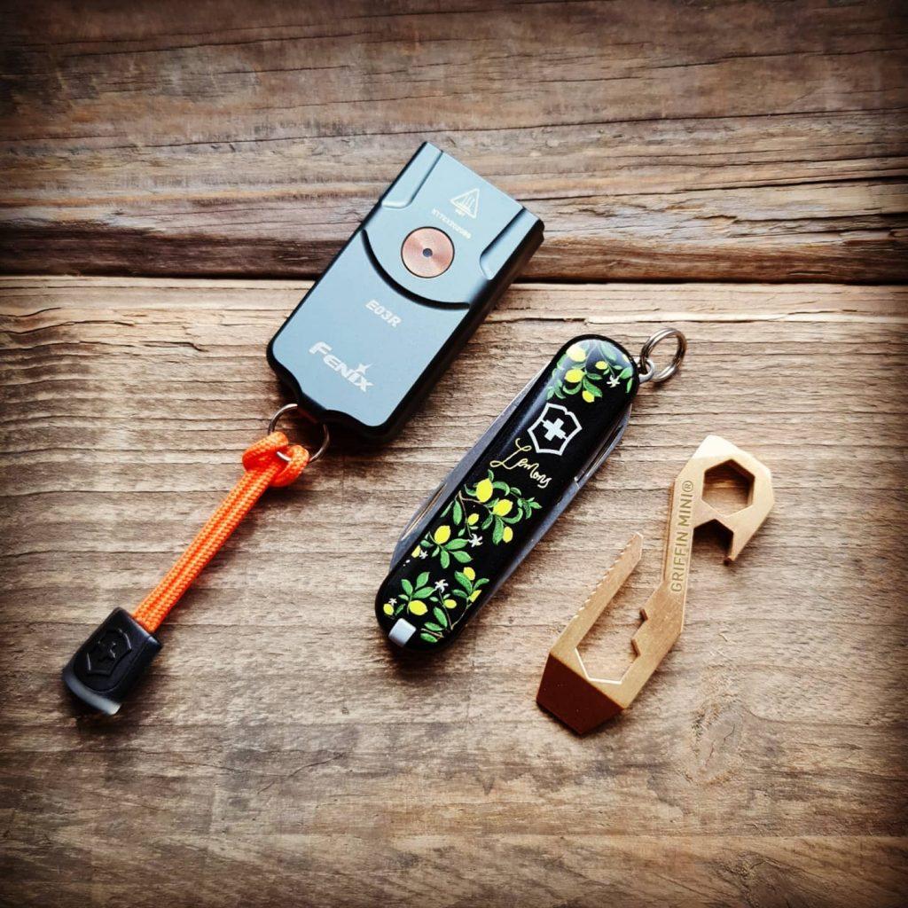 Fenix E03R försedd med orange lanyard från Victorinox! Bild: Slims.se