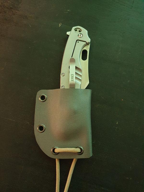 Kydexfodral för att kunna bära en CRKT-fällkniv som en neck knife! Bild: Kenneth Hansen