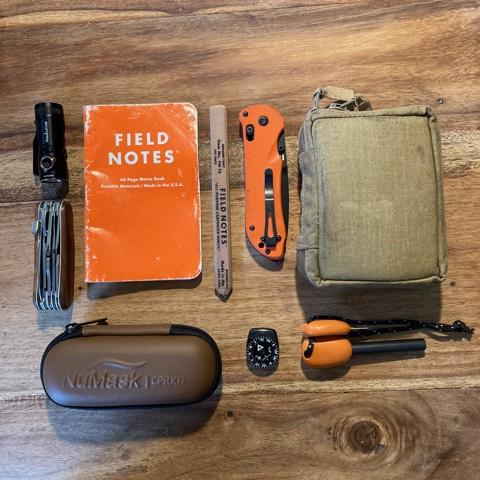 Alltid påtaget eller buret i ryggsäck, både professionellt och privat: anteckningsmaterial som tål dåligt väder, räddninskniv, sjukvårdsmateriel inklusive andningsmask, kompass och eldstål. Bild: Claes Tovetjärn