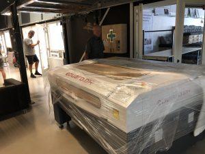 eduARTx1300 laseren 160cm bred og skulle derfor på lidt af en omvej, for tilsidst at kunne finde på plads i dens nye lokale.