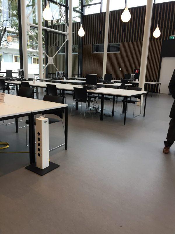 Laptopzuil, energiezuil, werkplekvoorziening,design,veilig,robuust