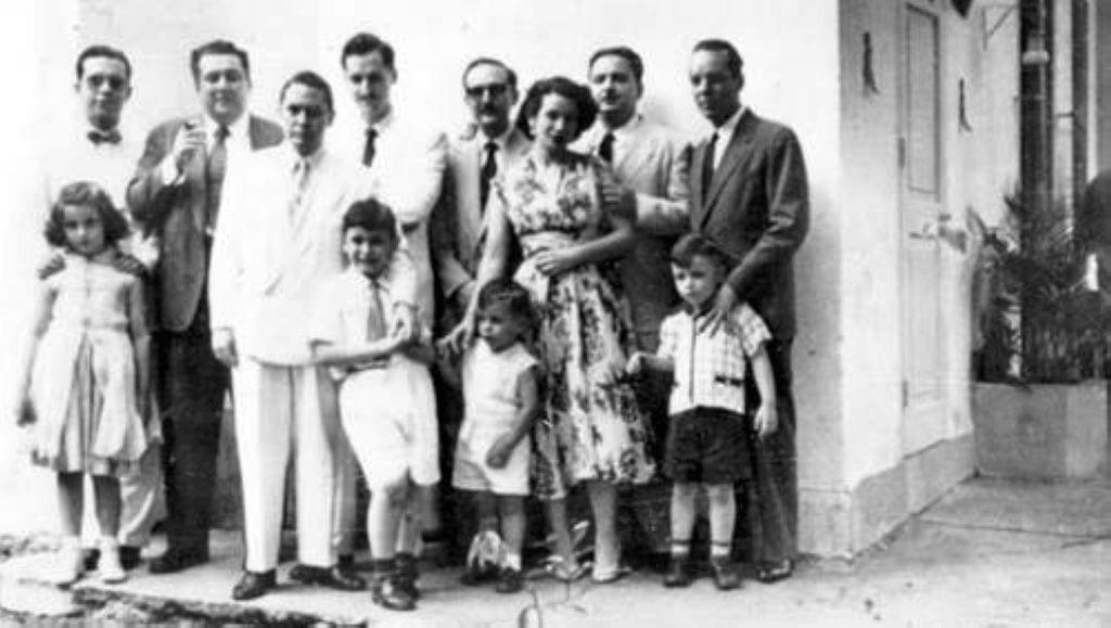 Rapi y Lichi muy niños con su madre y su padre y otros miembros de Orígenes