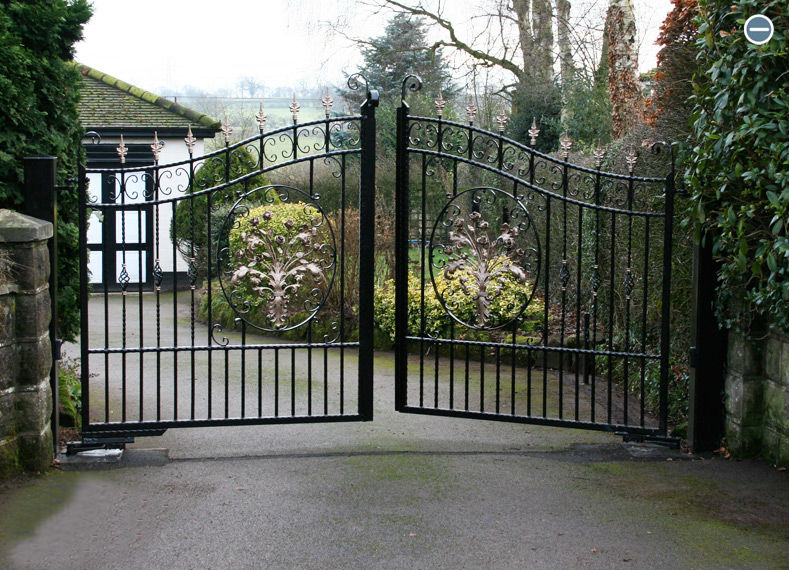 Electric gates openeing