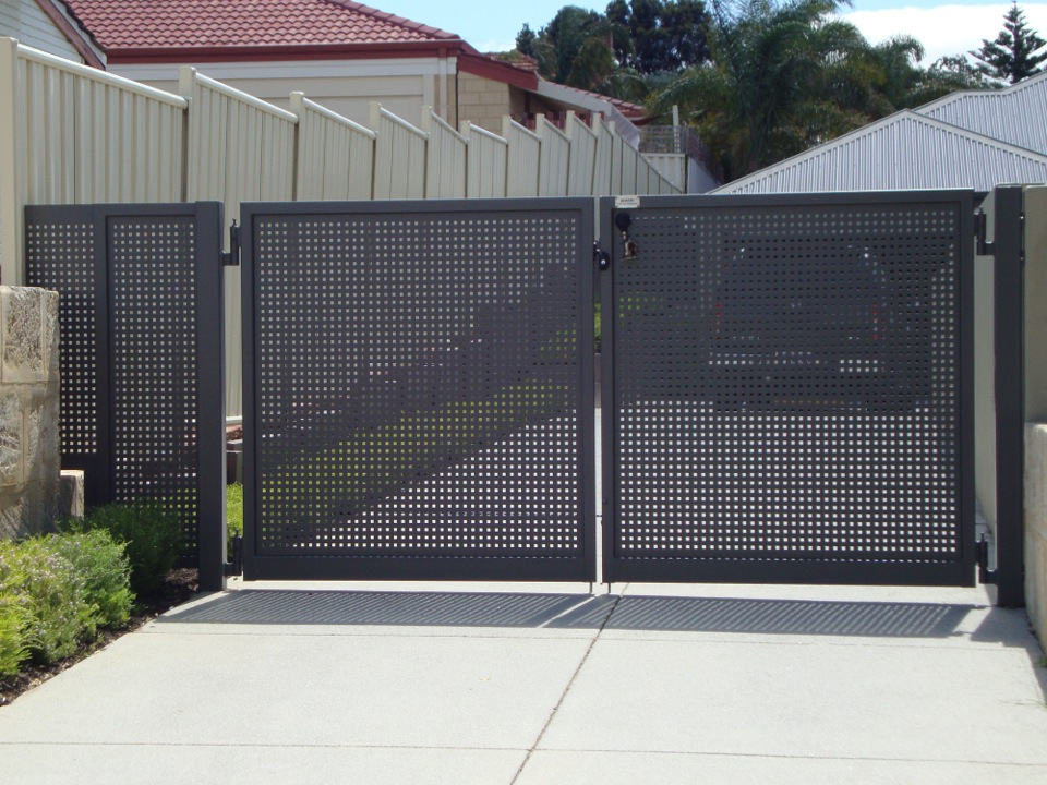 Swing gate with mesh design