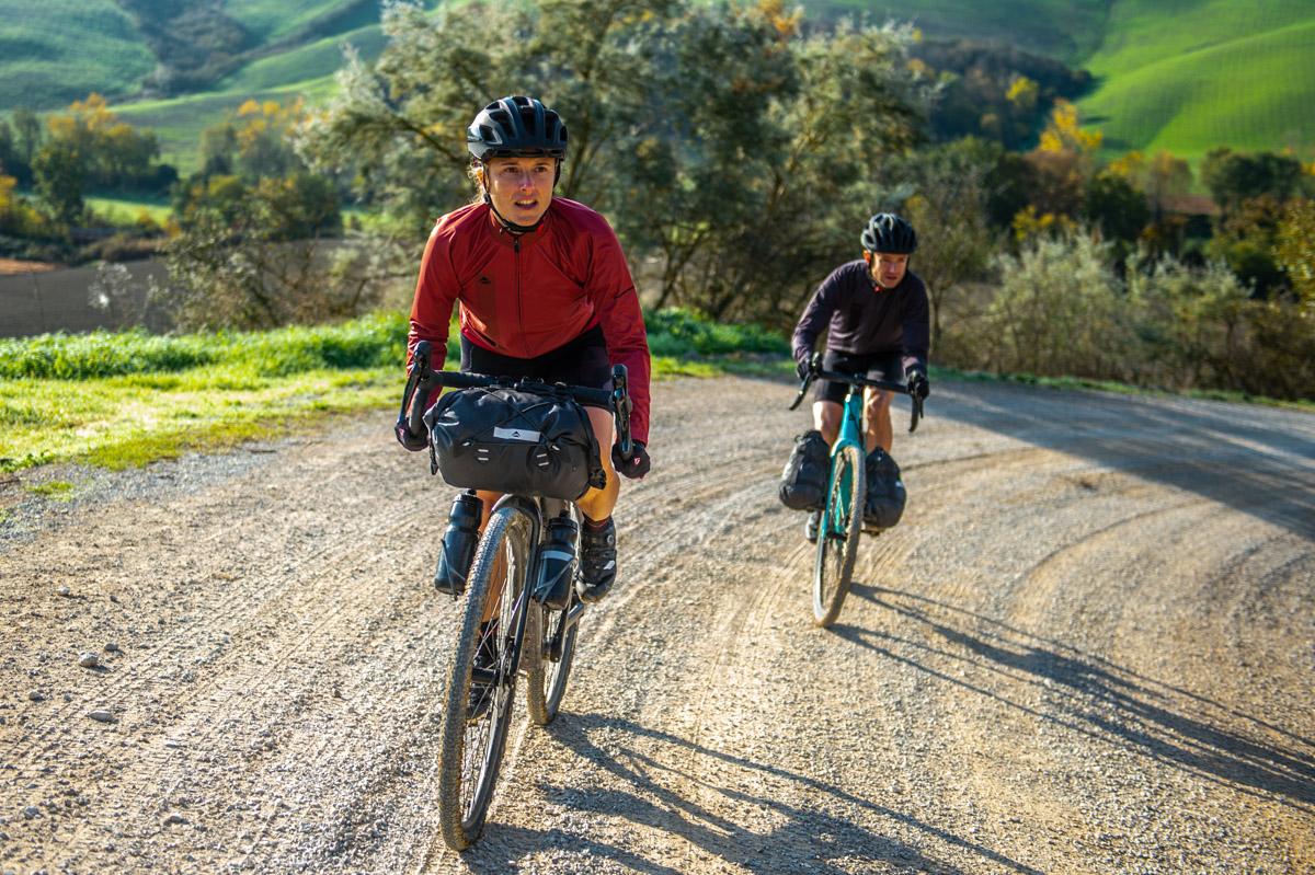 Elena Martinello pedala bici gravel Merida eSilex in Toscana