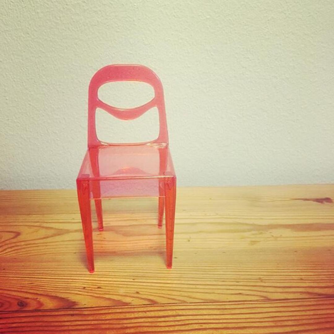 En röd stol vänd mot betraktaren