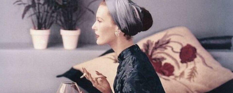 una signora vintage in pigiama
