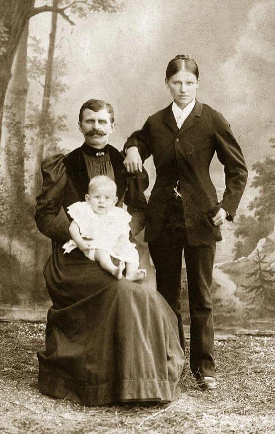 Una famiglia cross gender, 1890 ca