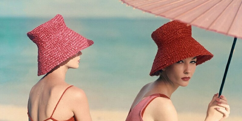due modelle sulla spiaggia negli anni 50