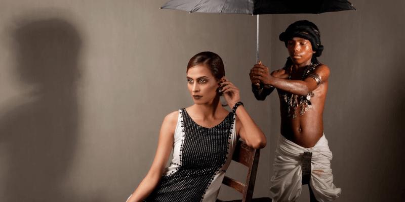 un bambino sorregge un ombrello per una donna fashion