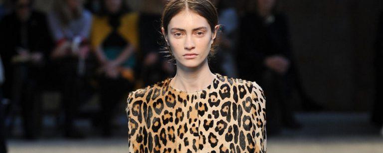 una modella con un soprabito leopardato