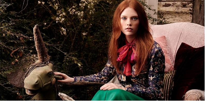 ragazza con capelli rossi e unicrno