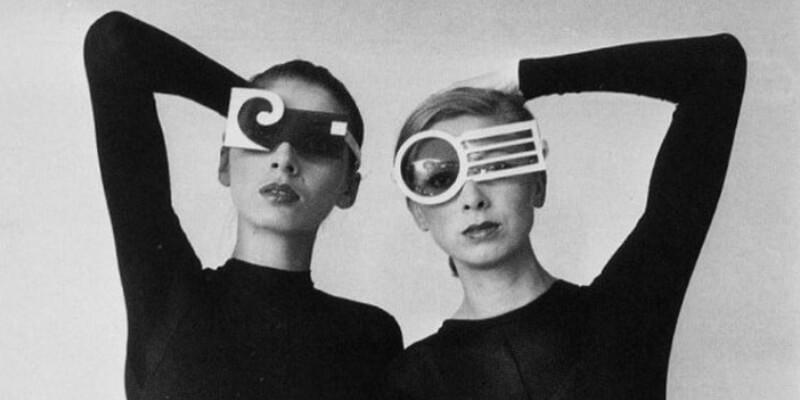 due modelle con occhiali futuristici degli anni 60
