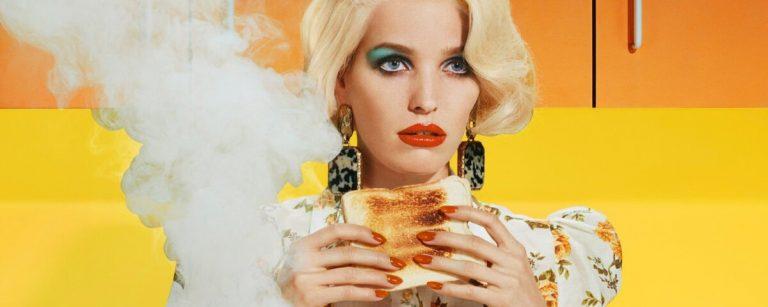una modella con un toast