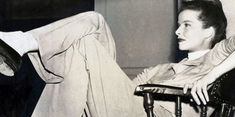 Katharine Hepburn indossa un paio di pantaloni maschili