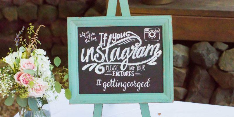 una lavagnetta che riporta l'hashtag del matrimonio
