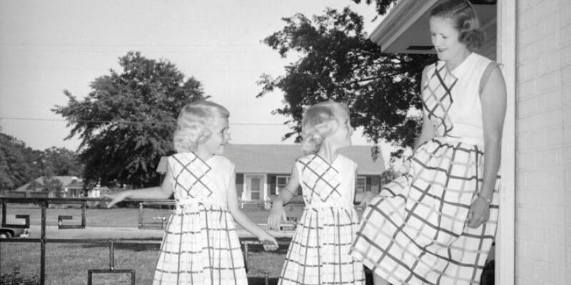 una mamma sfoggia un abito coordinato a quelli delle due gemelle