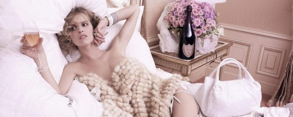 la top model eva herzigova posa in un lussuoso letto per lo champagne dom perignon