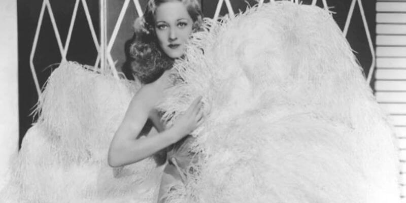 sally rand, diva del burlesque anni 30con due maxi ventagli di piume