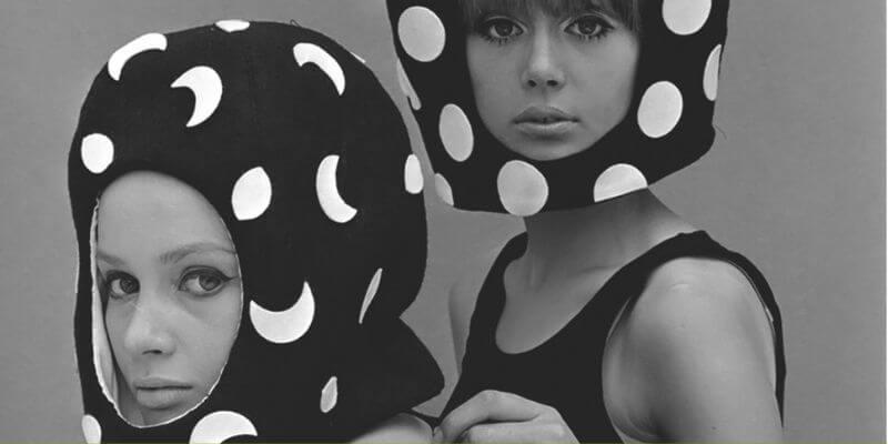 due modelle con dei cappelli-casco a tema lunare di pierre cardin