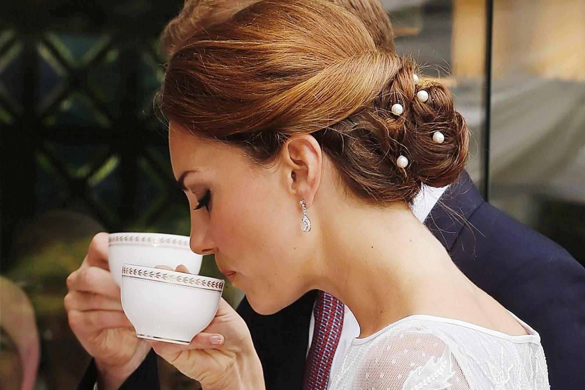 Kate Middleton mostra come bere il té con eleganza