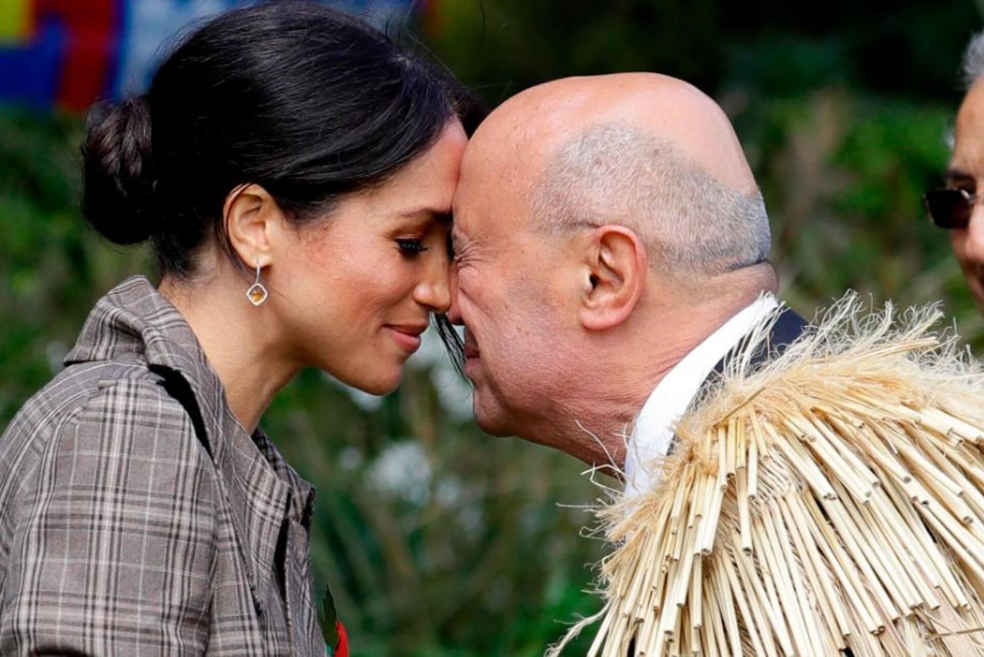 meghan fa il saluto maori durante la visita in nuova zelanda