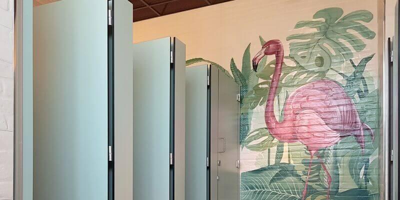 dei bagni decorati da un murals con fenicottero