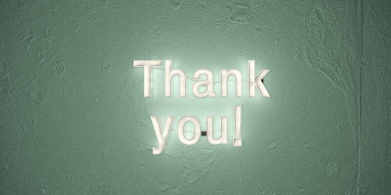 una scritta luminosa thank you