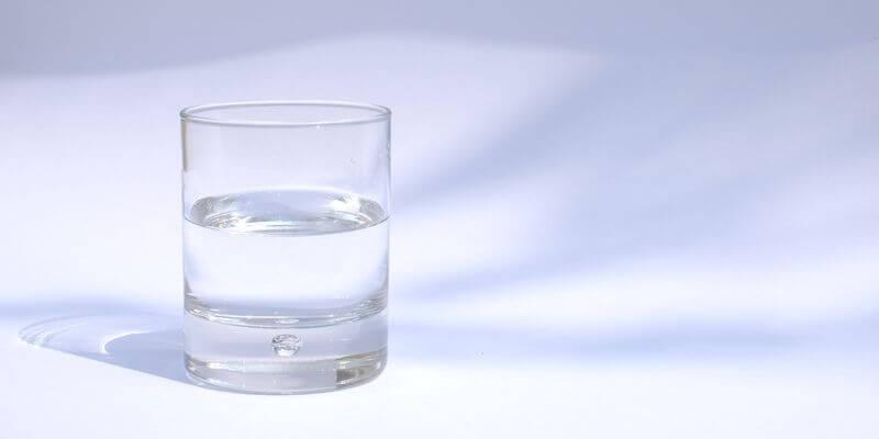 un bicchiere d'acqua sul tavolo