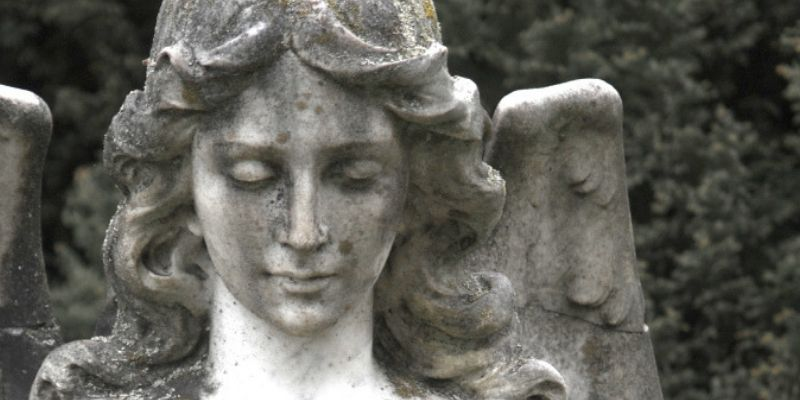 un angelo piangente statua