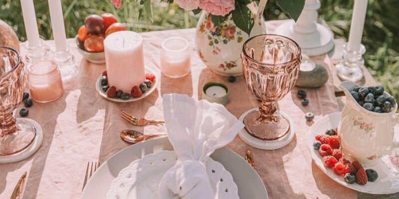 una tavola imbandita sui toni del rosa