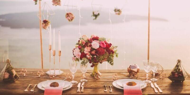 un tavolo con un trionfo di fiori a santorini, in grecia