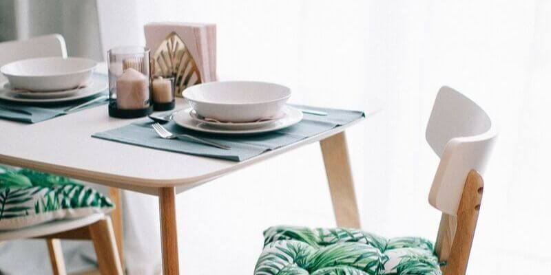 una tavola in stile moderno scandinavo sui toni del verde