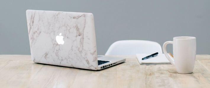 una scrivania con una mac