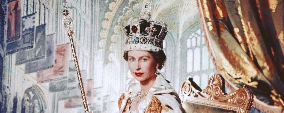la regina elisabetta nel costume dell'incoronazione fotografata da cecile beaton