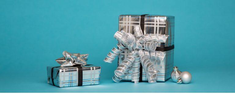 due pacchetti argentati su uno sfondo azzurro